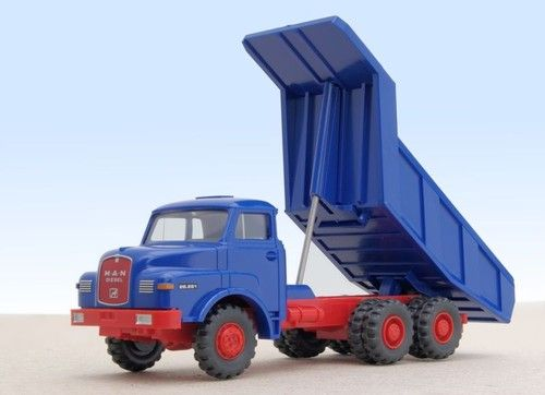MAN 26.281 tipper lifted